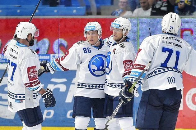 Radost Plzně - Tomáš Mertl (druhý zleva) slaví vítěznou branku.
