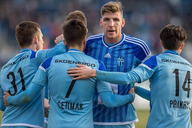 Fotbalisté Mladé Boleslavi (Aleš Čermák, Ladislav Takács a Tomáš Přikryl) oslavují gól na 3:0 proti Ostravě.