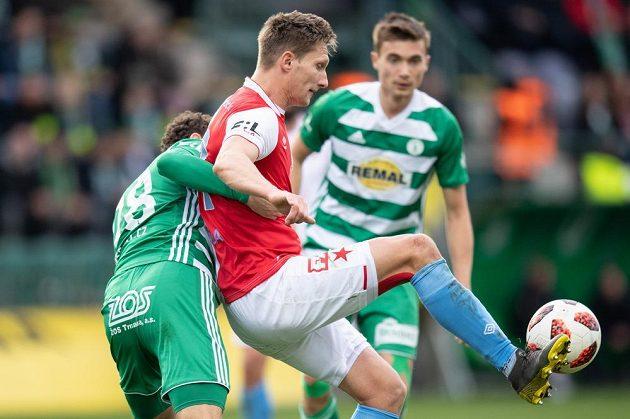 Milan Škoda ze Slavie Praha a Lukáš Hůlka z Bohemians během derby v Ďolíčku.