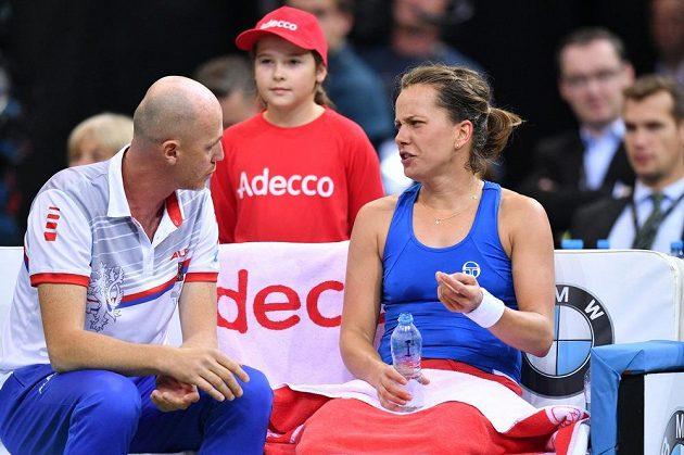 Barbora Strýcová během rozhovoru s kapitánem Petrem Pálou v zápase proti Sofii Keninové z amerického týmu ve finále Fed Cupu 2018.
