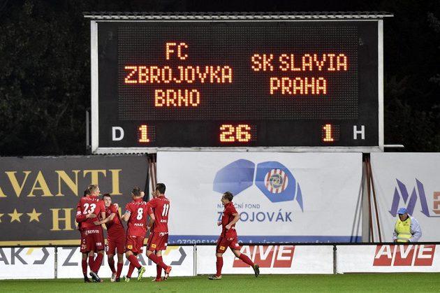Hráči Brna se radují z vyrovnávacího gólu proti Slavii.