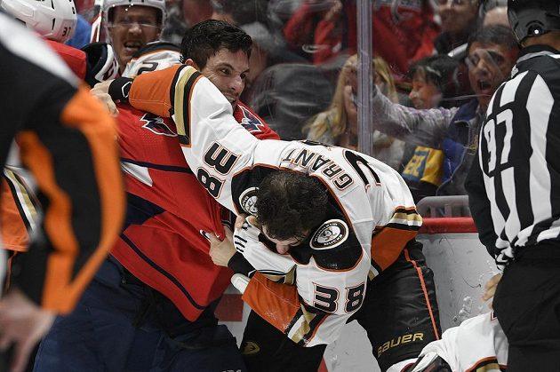 Garnet Hathaway (21) z Washingtonu při bitce s Derekem Grantem (38) z Anaheimu.