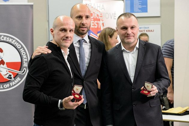Martin Straka (vlevo), Martin Ručínský a Robert Reichel z olympijského hokejového týmu z Nagana.
