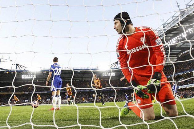 Petr Čech inkasuje gól od Filipeho Moraise.