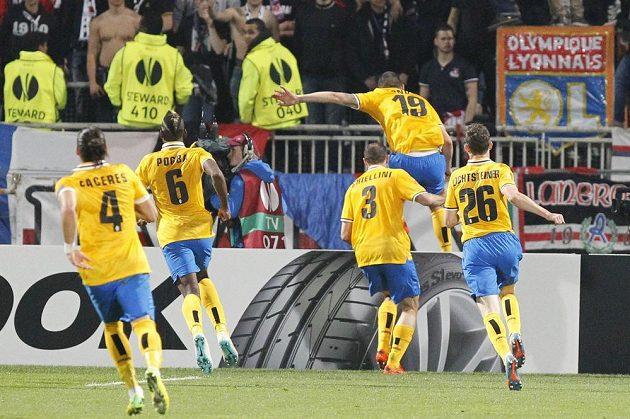 Leonardo Bonucci (č. 19) z Juventusu Turín se raduje se spoluhráči z gólu proti Lyonu.