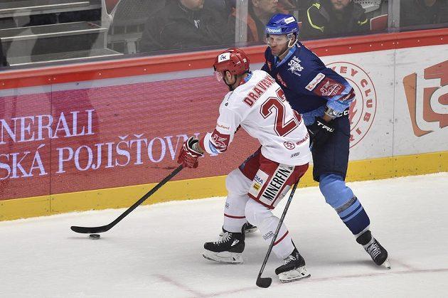 Vladimír Dravecký z Třince a André Lakos z Kladna během utkání hokejové extraligy.
