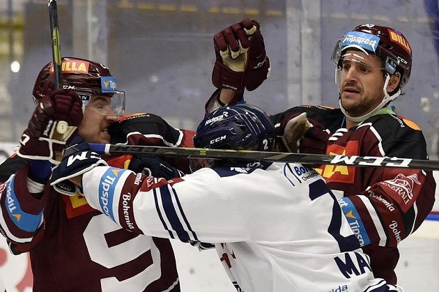 Roztržka! Zleva Petr Kalina ze Sparty, Alexandre Mallet z Vítkovic a Jérémie Ouellet-Blain.