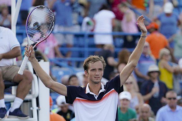 Ruský tenista Daniil Medveděv porazil ve finále v Cincinnati Belgičana Davida Goffina 7:6, 6:4 a získal první titul z turnaje série Masters.