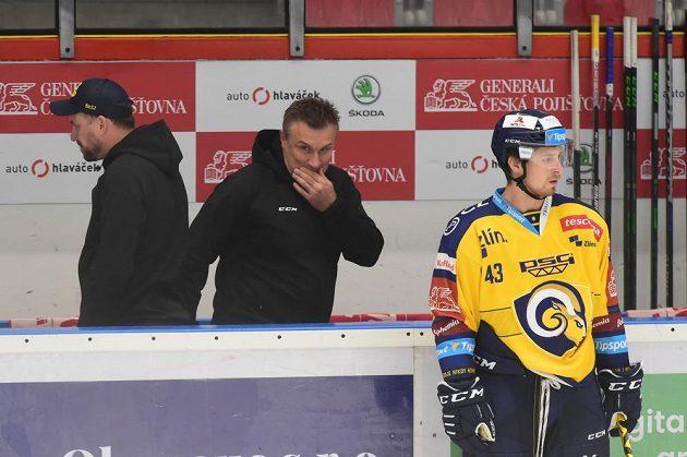 Dosavadní asistent zlínského trenéra Martin Hamrlík (uprostřed), který převzal tým po rezignaci kouče Roberta Svobody (není na snímku), sleduje rozbruslení hráčůpřed začátkem zápasu.