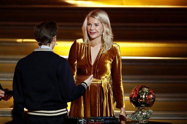 Moderátor Martin Solveig a čerstvá vítězka Zlatého míče Ada Hegerbergová.