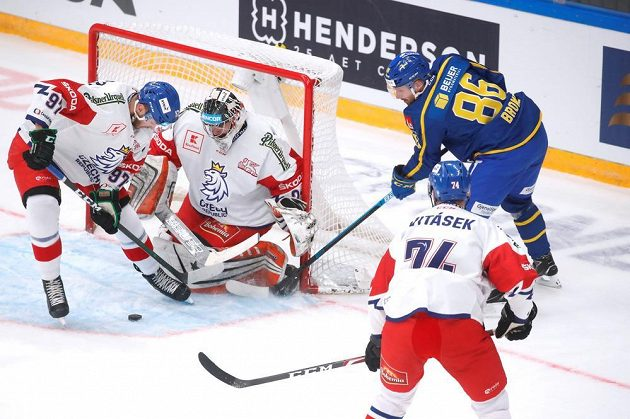 Brankář Marek Langhamer v akci v utkání se Švédy.