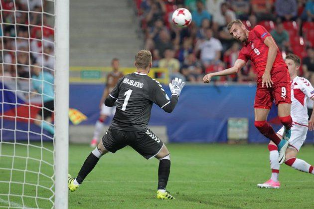 ČEský fotbalista Tomáš Chorý překonává brankáře Dánska Jeppeho Höjbjerga.