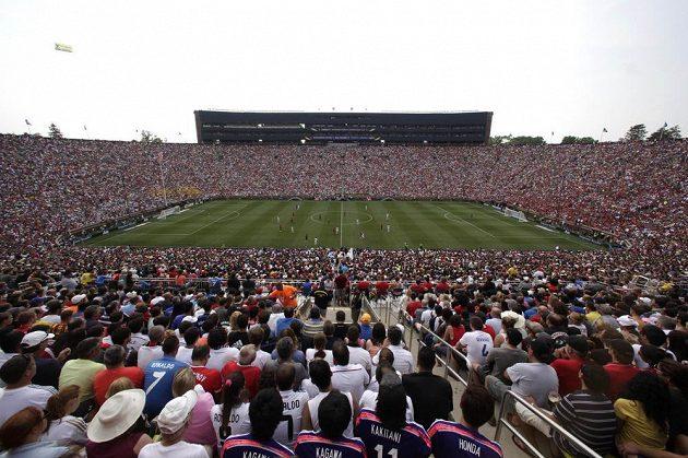 Diváci na Michigan Stadium sledují zápas turnaje International Champions Cup mezi slavnými giganty Realem Madrid a Manchesterem United.