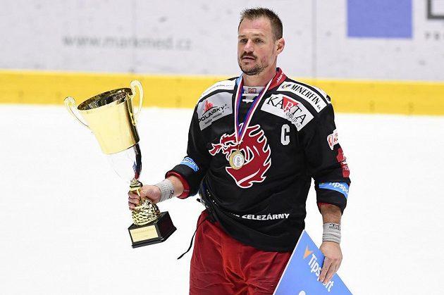 Vladimír Dravecký z Třince s pohárem pro vítěze Generali Česká Cup.