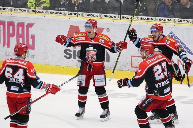 Hradečtí hokejisté (zleva) Brian Ihnačák, René Vydarený a Martin Pláněk se radují z vyrovnávacího gólu v Mladé Boleslavi.