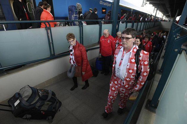 Kanadští hokejoví fanoušci odjížděli do Ostravy na mistrovství světa juniorů v hokeji.