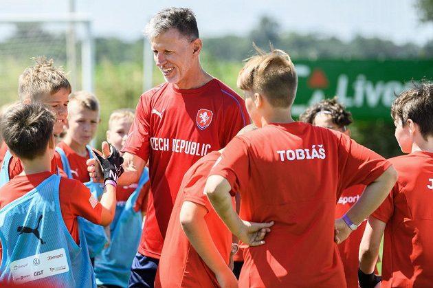 Trenér fotbalové reprezentace Jaroslav Šilhavý během tréninku s dětmi z fotbalové školy Petra Čecha