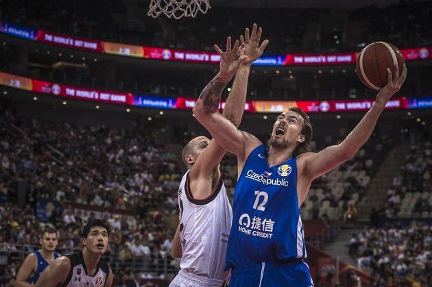 Nick Fazekas z Japonska se snaží ubránit Ondřeje Balvína v utkání basketbalového mistrovství světa.