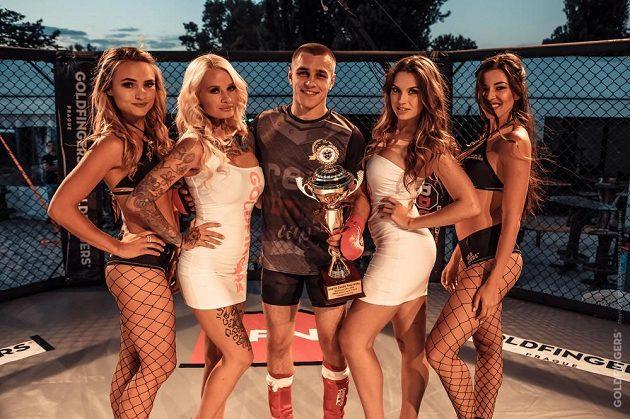 Kráskami se to ve světě bojových sportů jen hemží. Denisa Gudelj je jedničkou ve známém týmu.
