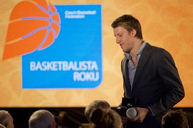 Jan Veselý s trofejí na vyhlášení ankety Basketbalista roku v Praze.