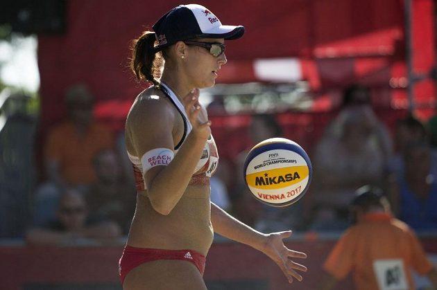 Barbora Hermannová se chystá na podání v zápase s Finskem.