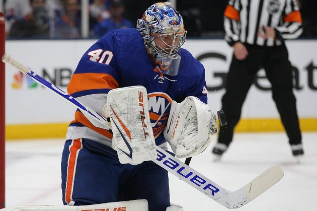 Hrdina Ostrovanů v akci. Brankář NY Islanders Semjon Varlamov (40).