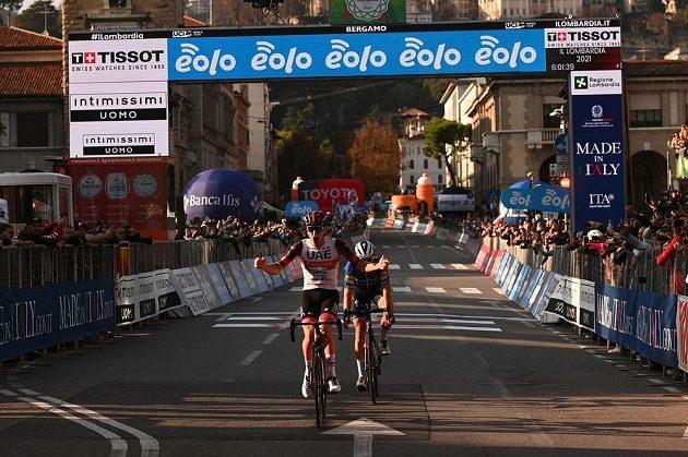 Slovinský cyklista Tadej Pogačar slaví, právě vyhrál klasiku Kolem Lombardie.