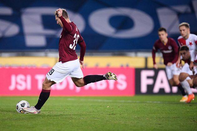 Důležitý okamžik derby. Sparťan Lukáš Juliš za bezbrankového stavu neproměnil v první půli penaltu.