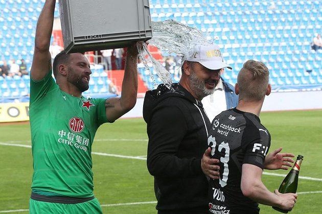 Zleva brankář Přemysl Kovář, trenér Jindřich Trpišovský a Petr Ševčík ze Slavie oslavují zisk ligového titulu.