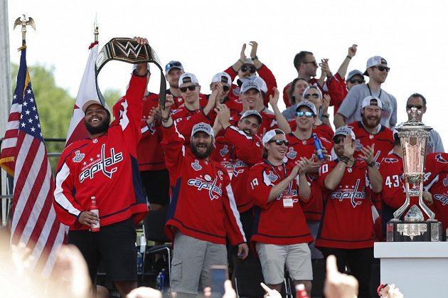 Oslavující hokejisté Washingtonu.