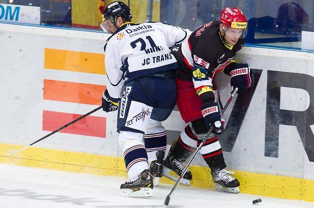 Vítkovický útočník Rudolf Huna (vlevo) bojuje o puk s královéhradeckým obráncem Františkem Ptáčkem.