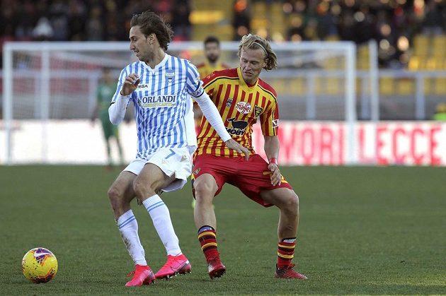 Český fotbalista Antonin Barák v dresu Lecce atakuje soupeře v utkání italské ligy.