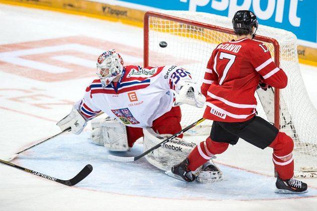 Kanadský útočník Connor MCDavid překonává českého brankáře Dominika Furcha během přípravného utkání v pražské O2 areně.