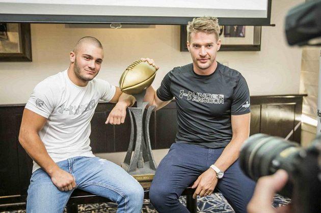 Dominik Dvorský (vlevo) z Ostrava Steelers, nebo Jan Dundáček z Prague Black Panthers? V pondělí už bude třímat Czech Bowl jen jeden z nich.