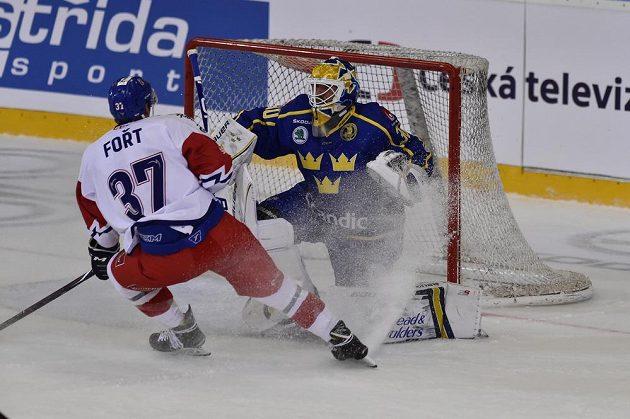 Tomáš Fořt před švédským brankářem Henrikem Lundqvistem.