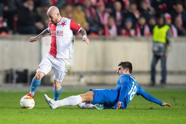 Miroslav Stoch ze Slavie Praha se snaží vyhnout Ruslanu Malinovskému z Genku během utkání play off Evropské ligy.