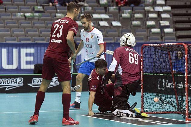 Lotyšský brankář Janis Salcevics právě dostal první gól, který dal Tom Ondrušek (není na snímku).