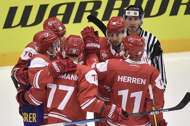 Hokejisté Lausanne se radují z prvního gólu v utkání Ligy mistrů s Třincem.