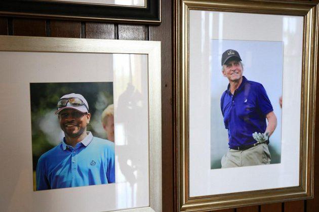 Zdi v lobby zdobí snímky slaných osobností, které hotel navštívily. Zde Tiger Woods a Michael Douglas.