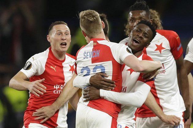 Radost v podání fotbalistů Slavie během utkání Evropské ligy na hřišti Chelsea.