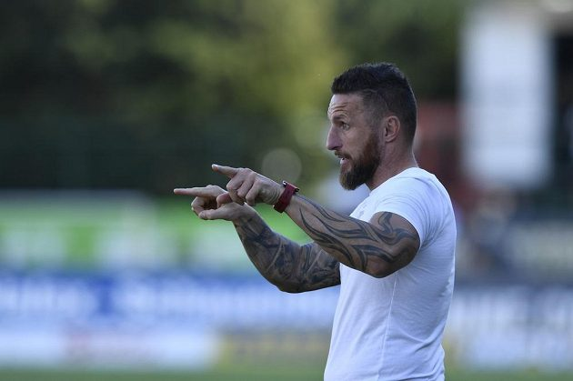Hlavní trenér Zbrojovky Brno Pavel Šustr gestikuluje v odvetném utkání baráže o účast v první fotbalové lize.