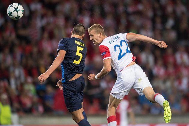 Tomáš Souček ze Slavie Praha a Jesús Rueda z APOELu ve vzdušném souboji během odvety play off Ligy mistrů.