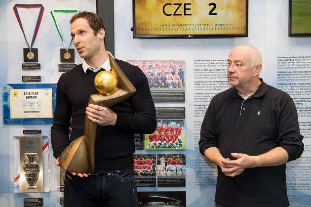 Brankář Petr Čech odevzdává Zlatý míč do sídla FAČR v Praze. Společně s ním je na snímku sportovní novinář Karel Felt.