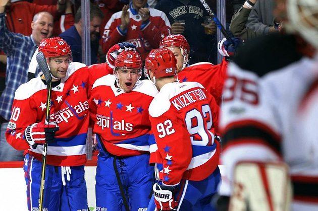 Radost v podání hokejistů Washingtonu poté, co český útočník Jakub Vrána vstřelil vítězný gól v utkání NHL proti New Jersey Devils.