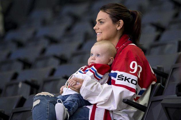 Přítelkyně kapitána české hokejové reprezentace Jakuba Voráčka Nicole a syn Jakub čekají na začátek utkání se Slovinskem.