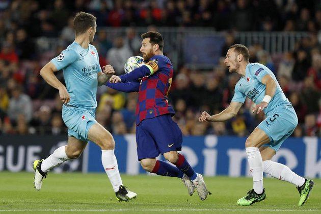 Hvězda Barcelony Lionel Messi v centru pozornosti slávistické obrany.