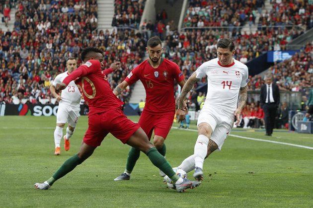 Nelson Semedo (vlevo) se snaží zastavit švýcarský útok