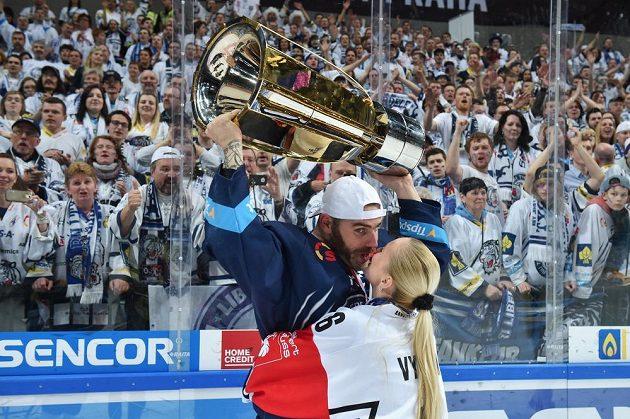 Jan Výtisk s manželkou Nikolou slaví vítězství v pražské O2 aréně.