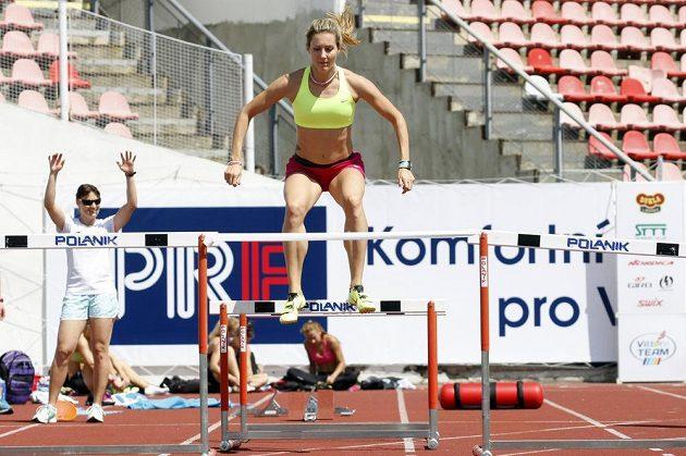 Atletka Denisa Rosolová (uprostřed) zdolává překážky. Vlevo boulařka Nikola Sudová.