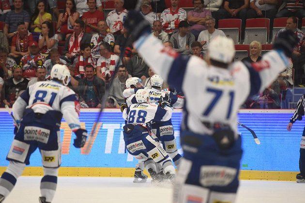 Hokejisté Brna se radují na ledě Třince z vítězství 4:1 a získu mistrovského titulu.